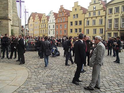 Die Menschenmenge wartet auf die Präsidenten © Cemil Şahinöz