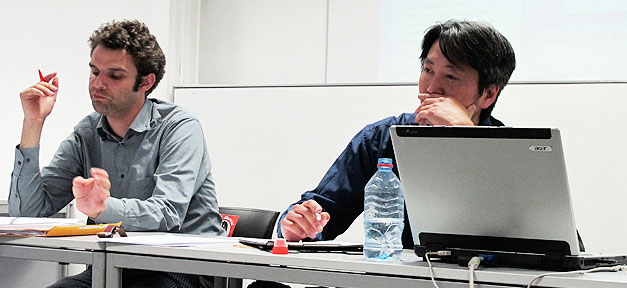 Johnny Van Hove (l.) und Kien Nghi Ha (r.) auf einer Diskussion in Bremen (Foto: www.migazin.de)