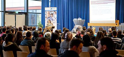 Polizeikommissarin Emine Tayfur informiert das Publikum © MiG