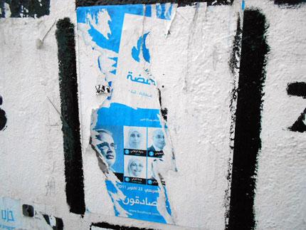 Zerrissenes Werbeplakat der Ennahda in der Nähe des Präsidialamt-Gebäudes