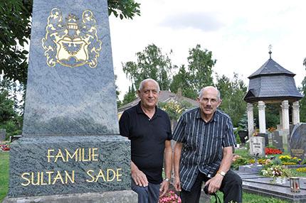 Bild: Murat und Malik Sultan Sade hinter dem Obelisk der Familiengruft, alter Friedhof Forchheim 2011