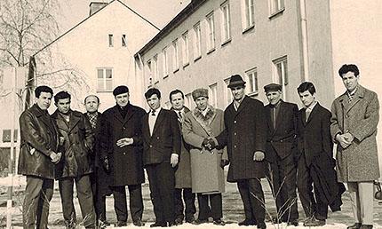 25. Februar 1963, Büg-Siedlung Forchheim, vor dem Gang zum Feiertagsgebet - In der Mitte mit Fellmütze Sultan Sultan-Sade, dritte von links der bosnische Imam aus Nürnberg Ibrahimovic