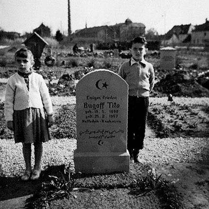 Neuer Friedhof Forchheim, 23.April1958 - Die Geschwister Murat und Farida Sultan-Sade vor dem Grabstein eines hier bestatteten Muslimen aus Naltschyn/Kaukasus