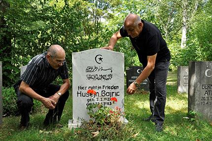 Murat und Malik Sultan-Sade vor dem Grabstein des Bosniers Husejn Bajric, - Muslimischer Friedhof Forchheim, 3.8.2012, Foto: Jochen Menzel