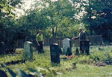Vater Sultan-Sade und Sohn Malik auf dem muslimischen Friedhof Forchheims, 15. Juni 1977, Foto: Familie Sultan-Sade