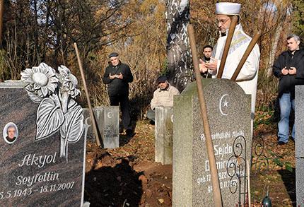 Bestattung auf dem muslimischen Gräberfeld Forchheim, Foto: Jochen Menzel, 22. November 2011
