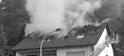 haus, brand, hausbrand, brandstiftung, dach, feuer, feuerwehr