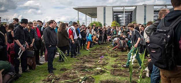 Flüchtlinge, Gräber, Zentrum für politische Schönheit, Demonstration
