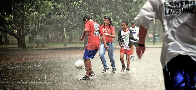 Kinder, Spielen, Fußball, Regen