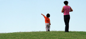 Kind, Mutter, Freizeit, Wiese, Spazieren