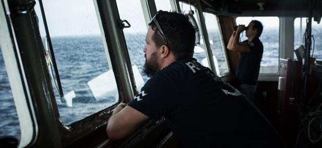 Schiff, Seenotretter, Mittelmeer, Flüchtlinge, Hilfe, SOS, Rettungsschiff