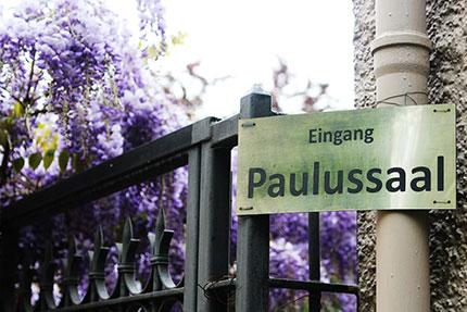 Gut versteckt liegt der Eingang zur St.-Paul-Gemeinde: Wer es nicht weiß, geht einfach vorbei © Karl Grünberg