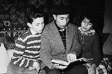 Forchheim, Sommer 1958, Vater Sultan-Sade mit Sohn Murat und Tochter Farida in der Wohnung Bügstraße, Foto: Nordbayerische Nachrichten 1958