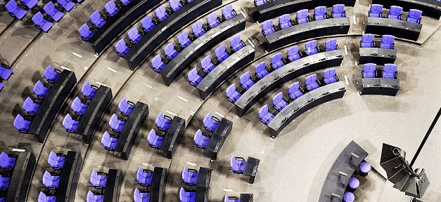 Leere Ränge im Bundestag © leolumix @ flickr.com (CC 2.0), bearb. MiG