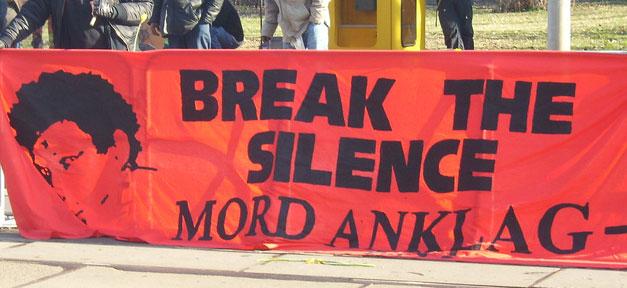 Während einer Kundgebung zum Tod von Oury Jalloh © Uwe Hiksch @ flickr.com (CC 2.0), bearb. MiG