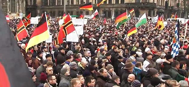 Eine Pegida-Demonstration in Dresden @ Szene aus Report Mainz