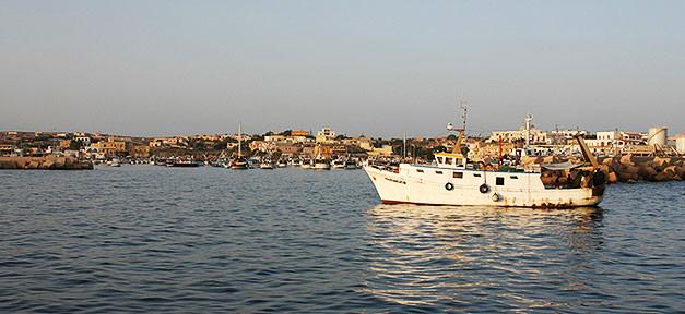 Die Küste von Lampedusa © Kairos @ flickr.com (CC 2.0), bearb. MiG
