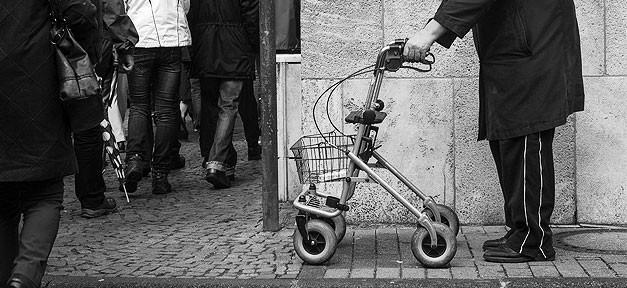 gehhilfe, alter, behinderung, rentner, alter, straße, menschen