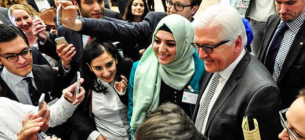 Bundesaußenminister Frank-Walter Steinmeier (SPD) mit Teilnehmern der Veranstaltung © Emrullah Gümussoy