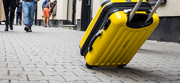 koffer, trolley, reisekoffer, rollkoffer, straße, passanten