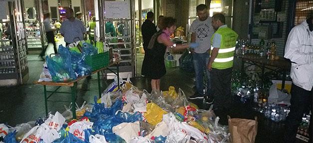 Muslime verteilen Lebensmittelpakete an Flüchtlinge