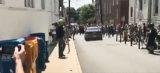 Neonazis fahren mit Auto in eine Gruppe von Gegendemonstranten