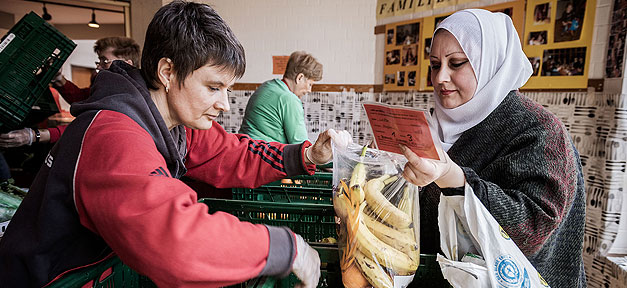 Tafel, Armut, Hilfe, Lebensmittel. Kopftuch, Ausländer