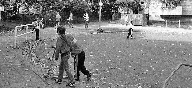 Kinder, Straße, Spielen, Fußball, Sozialer Brennpunkt