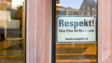 """AfD will Entfernung von """"Kein Platz für Rassismus""""-Schild am Rathaus"""