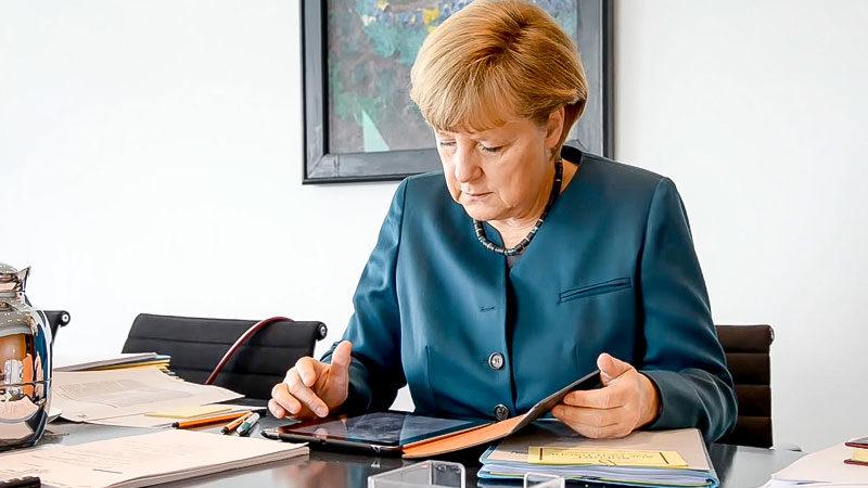 Bundeskanzlerin, Angela Merkel, Schreibtisch, Lesen, Arbeiten