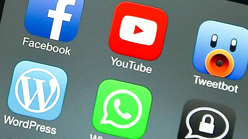 Handy, soziale Medien, Facebook, Youtube, Whatsapp