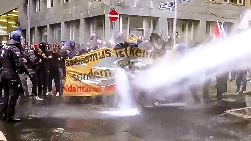 Demonstration, Wasserwerfer, Polizei, Querdenker, Rassismus, Corona, Frankfurt