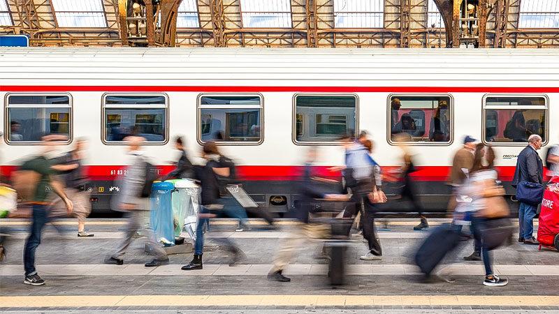 Zug, Bahnhof, Menschen, Reisen, Migration, Gesellschaft, Einwanderung